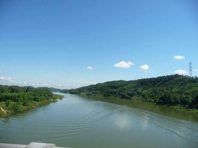 Cảnh sông Hương từ chùa Thiên Mụ nhìn ra