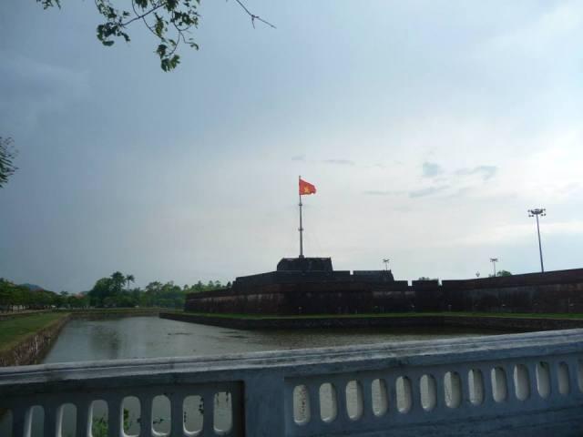 Cột cờ trước cổng Ngọ Môn
