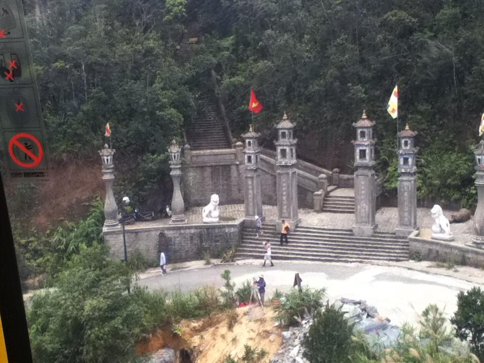 Khu chùa tại trạm cáp treo đầu tiên