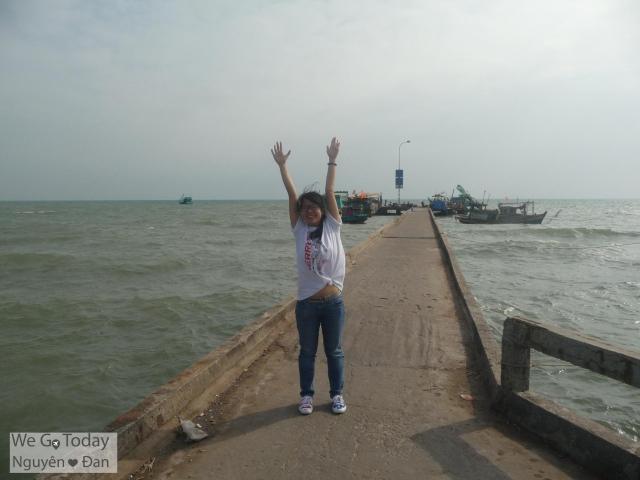 Cầu cảng chạy dài ra biển