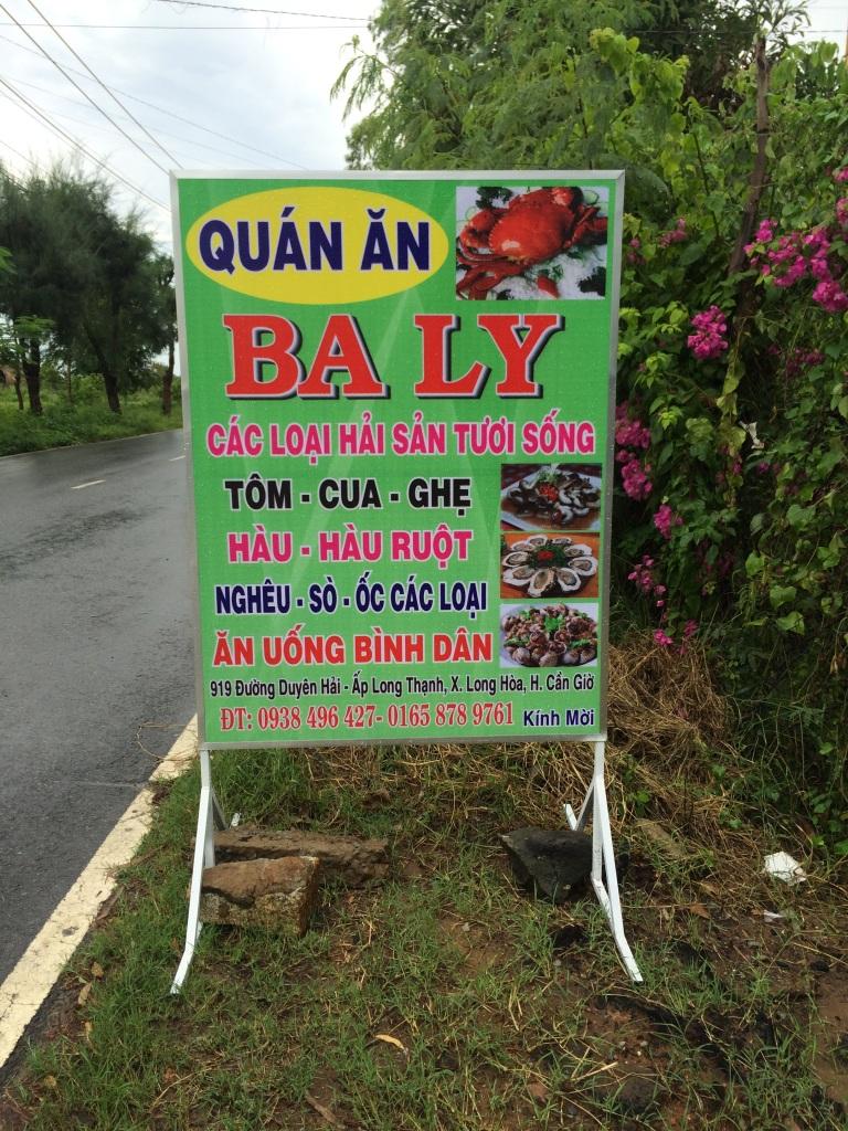 Bảng hiệu quán Ba Ly bên vệ đường