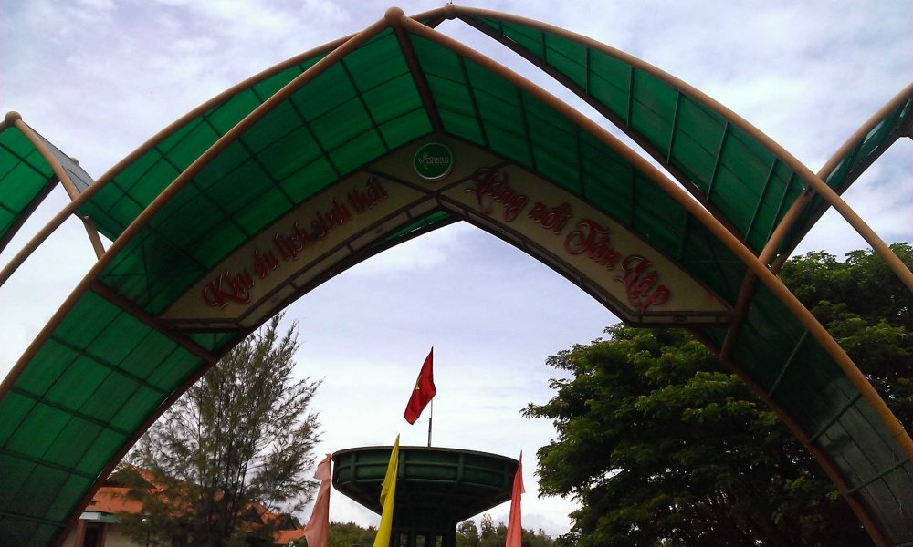 Cổng làng nổi Tân Lập