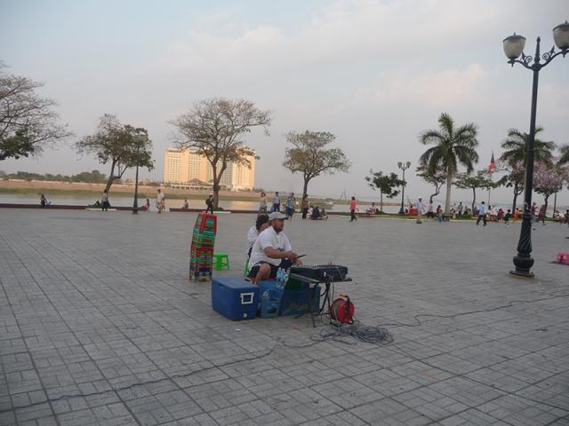 Chơi DJ khu Sisowath Quay