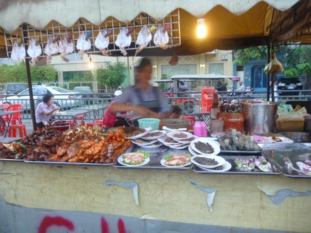 Một quầy đồ ăn ở chợ đêm