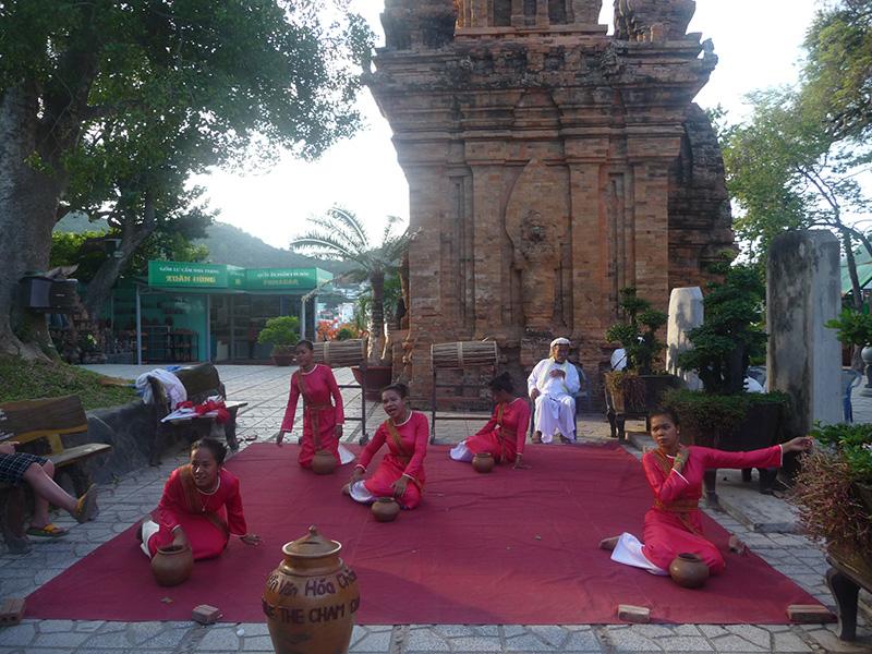 Ở giữa khu tham quan có ca múa nhạc Khmer