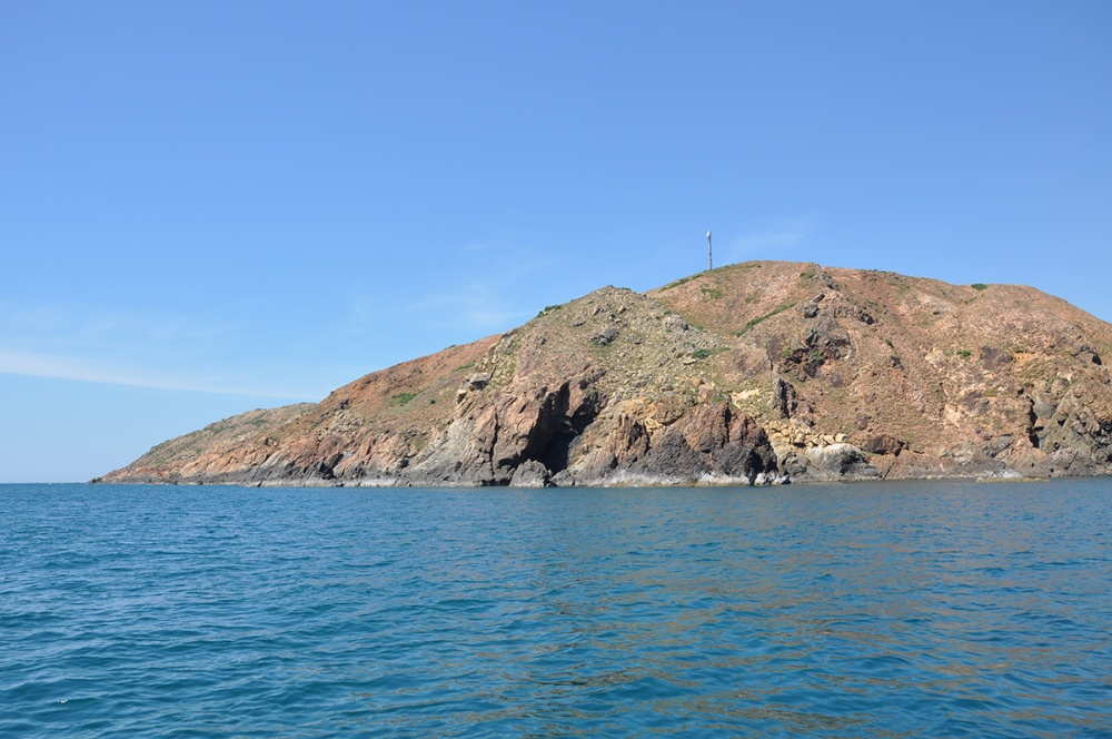 Núi với nhiều hang động trên đường đến đảo Kỳ Co