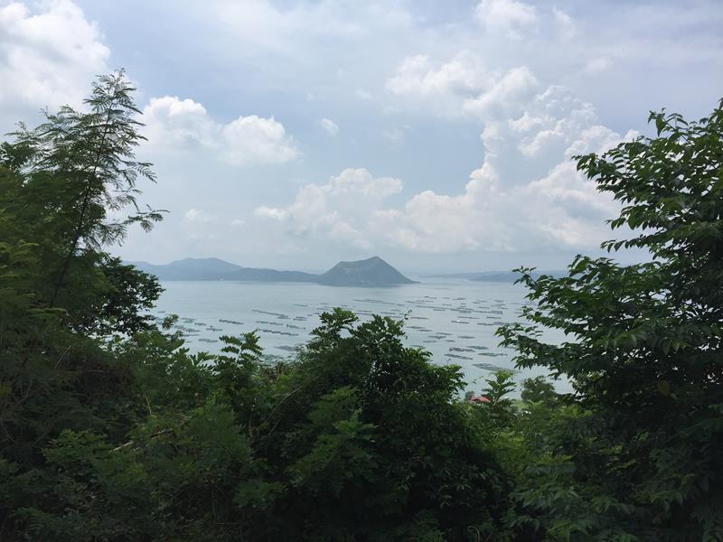 Hồ núi lửa Taal nhìn từ xa
