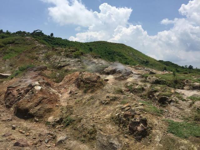 Đường lên hồ núi lửa Taal