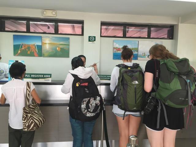 Quầy điền thông tin nhập cảnh khi đến sân bay Boracay