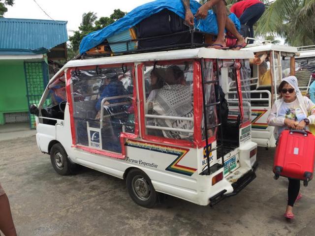 Xe trung chuyển khách tại bến tàu ở Boracay