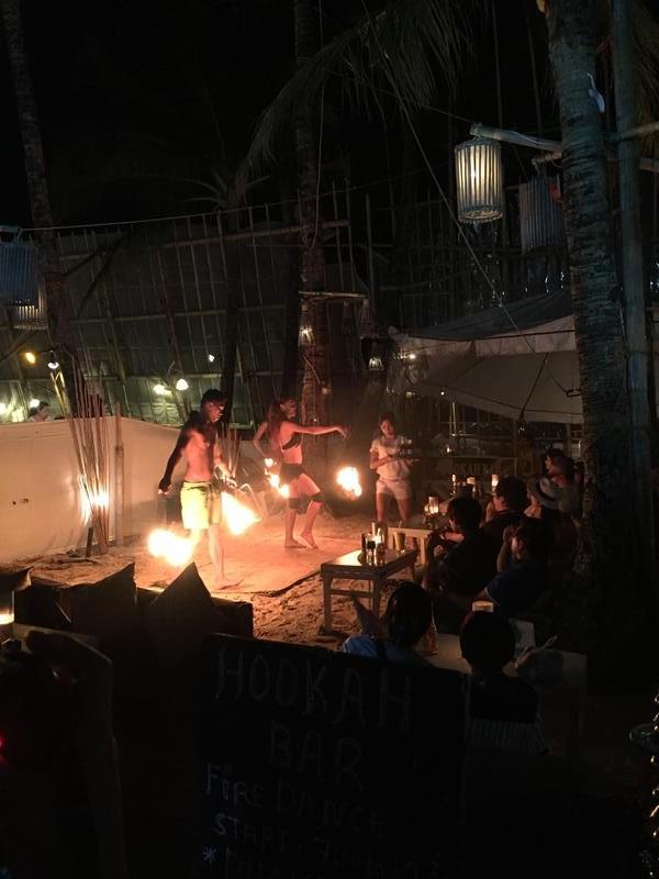 Quán có tiết mục múa lửa ở D'mall