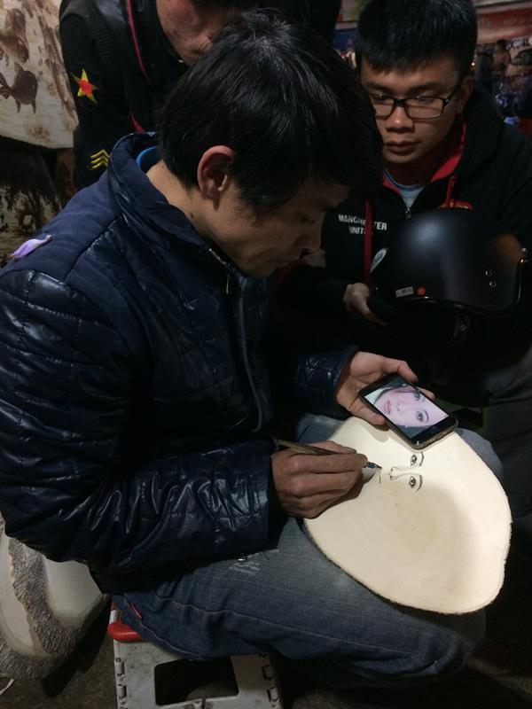 Vẽ hình ở chợ đêm Đà Lạt