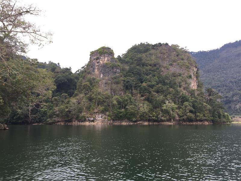 Cảnh trên hồ Ba Bể