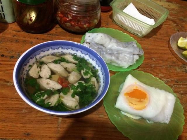 Bánh cuốn + tô nước dùng có giò + bánh cuốn trứng