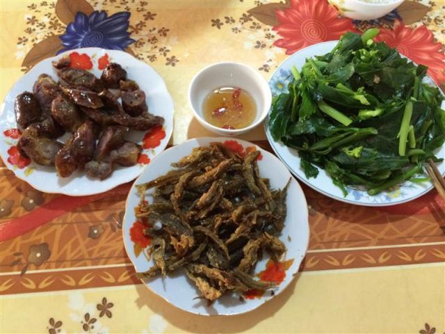 Cơm trưa ở thị trấn Quản Bạ: lạp sườn chiên, rau cải luộc, cá suối chiên giòn