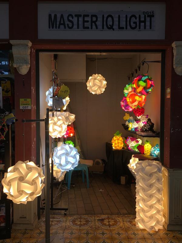 Hàng bán đèn lồng trong Central Market