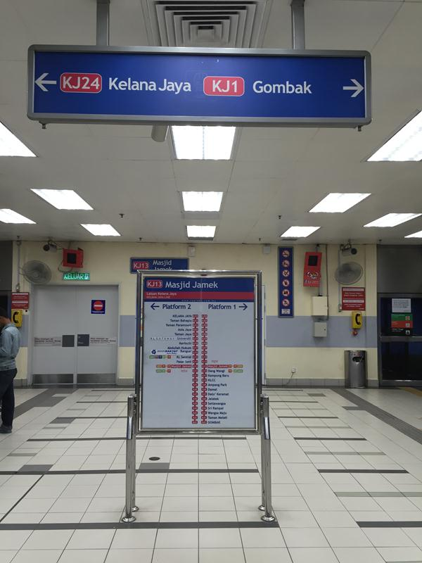 Platform tàu điện ngầm, chia 2 hướng, các bạn nên xem kỹ điểm đếm để tránh đi nhầm tuyến
