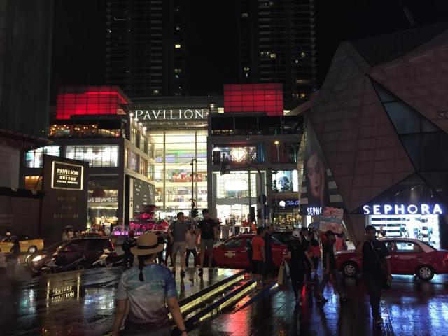 Phía trước trung tâm mua sắm Pavilon