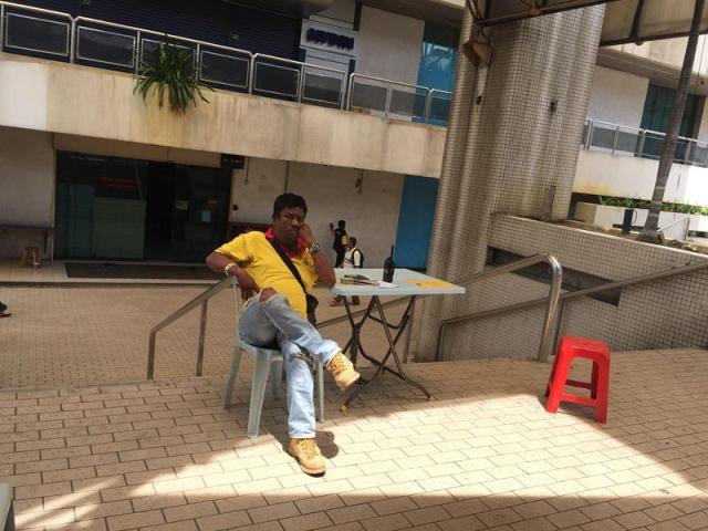 Chú bán vé bus. Người của hãng bus Start Shuttle đều mặc áo màu vàng có ghi tên hãng trên áo
