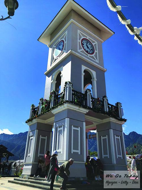 Tháp đồng hồ lớn ở trạm Hoàng Liên Sơn