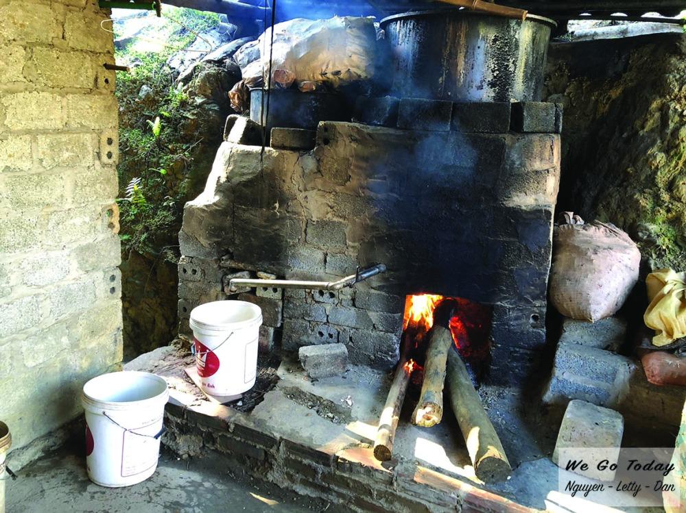Bếp đun lá thuốc ở homestay Chảo Quẩy Tá