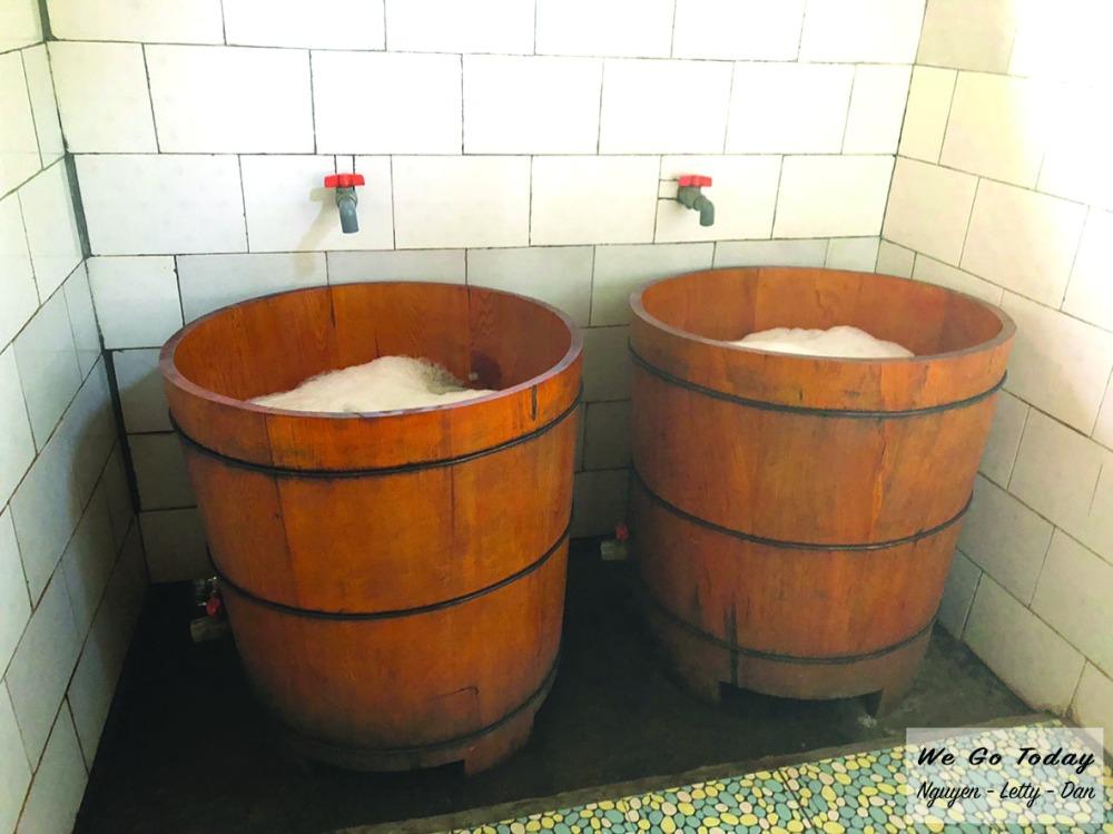 Thùng nước tắm ở homestay Chảo Quẩy Tá