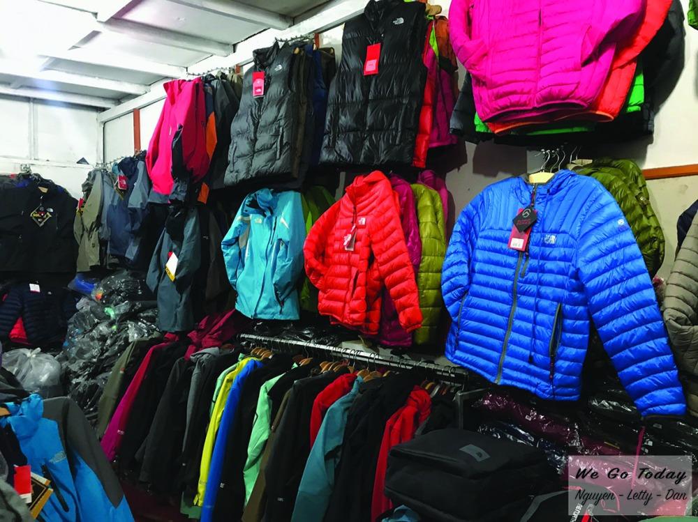 Tiệm bán đồ hiking - trekking đối diện Ủy Ban ở Sapa