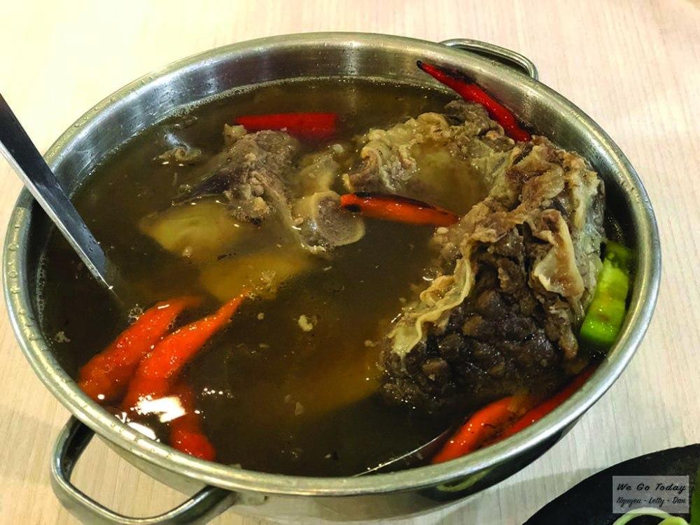 Lẩu bò chua cay trong siêu thị Tunjungan
