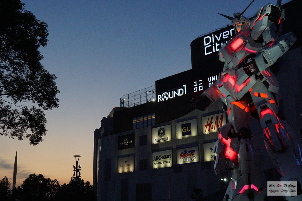 Robot Gundam trước cổng trung tâm thương mại DiverCity Tokyo Plaza