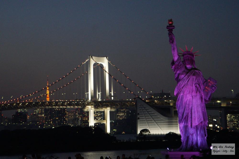 Tượng Nữ Thần Tự Do và rầu Rainbow vào buổi tối