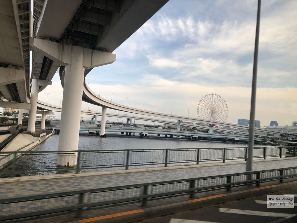 Cầu Rainbow nhìn ra vòng xoay Odaiba
