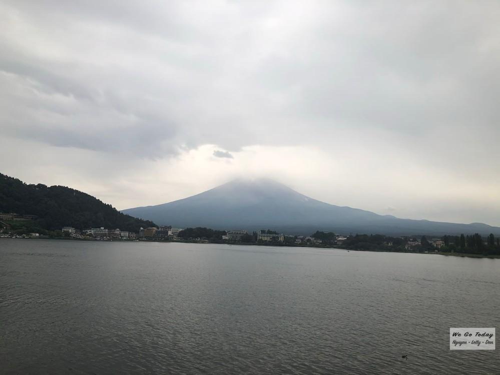 Từ hồ Kawaguchiko nhìn ra xa thấy Fujisan - núi Phú Sĩ