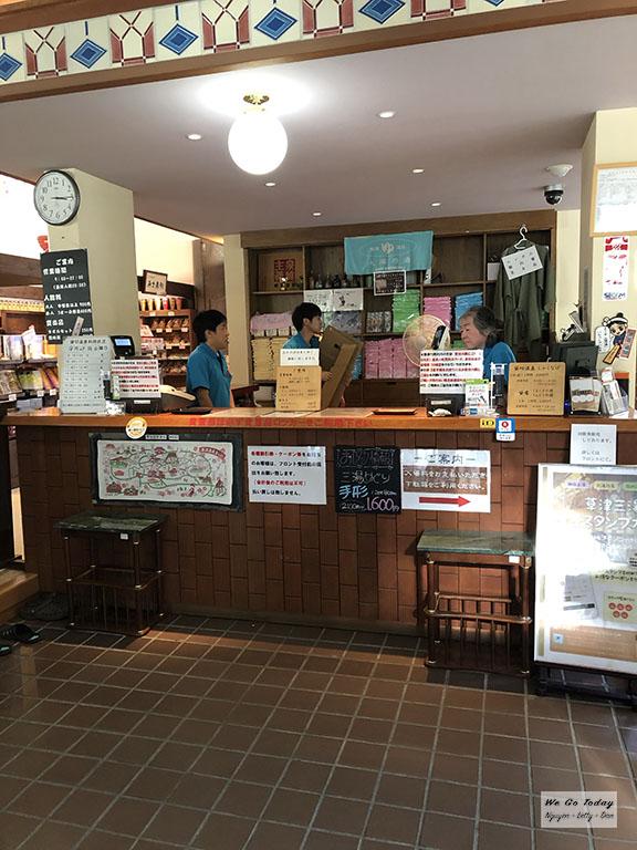 Quầy tiếp tân, bán vé tắm onsen