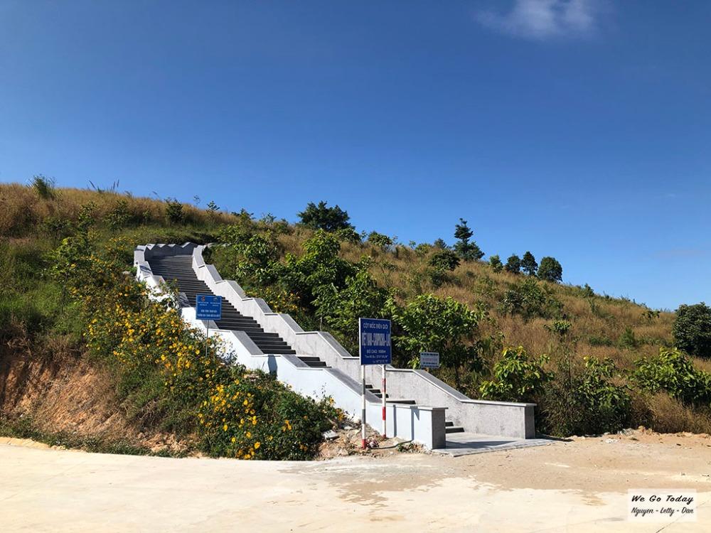 Cầu thang bộ đi ra ngã ba Đông Dương