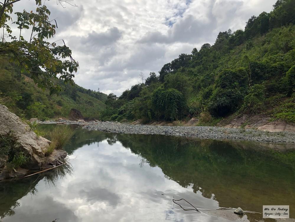 Suối đá dọc đường trekking Tà Giang