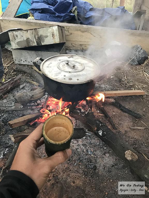 Cà phê uống trong ly ống tre